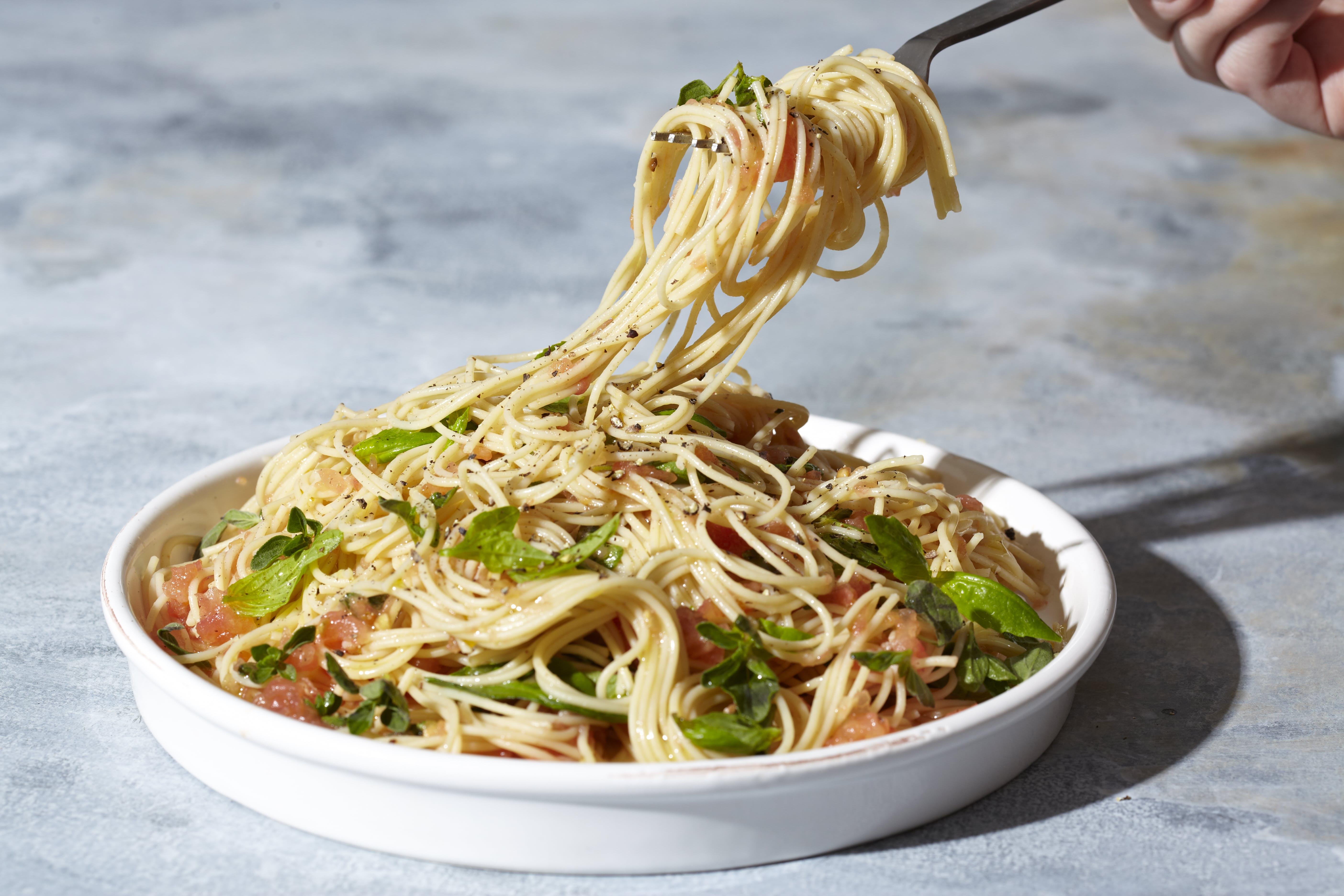 10-Minute Garlicky Tomato Spaghetti