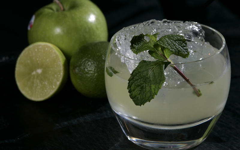 Apple-litchi cocktail