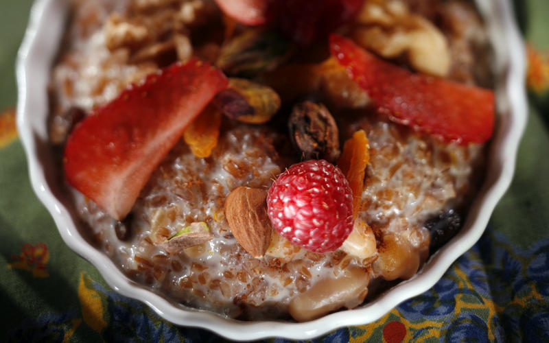 Bulgur pudding with fruit, nuts and honey
