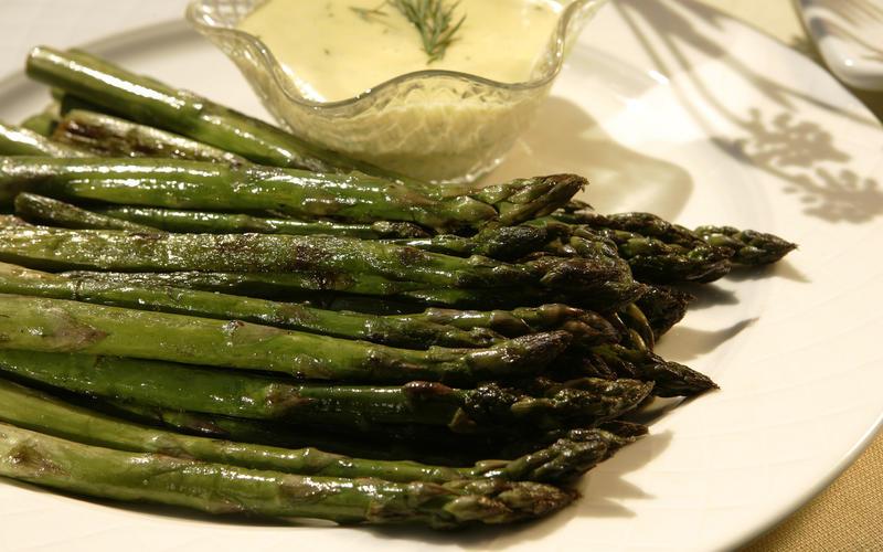 Pan-roasted asparagus with dill hollandaise sauce