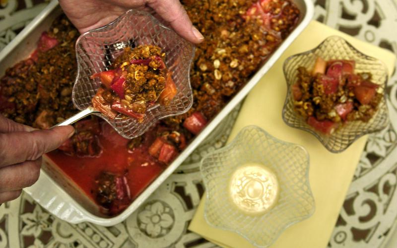 Rhubarb-pecan crisp