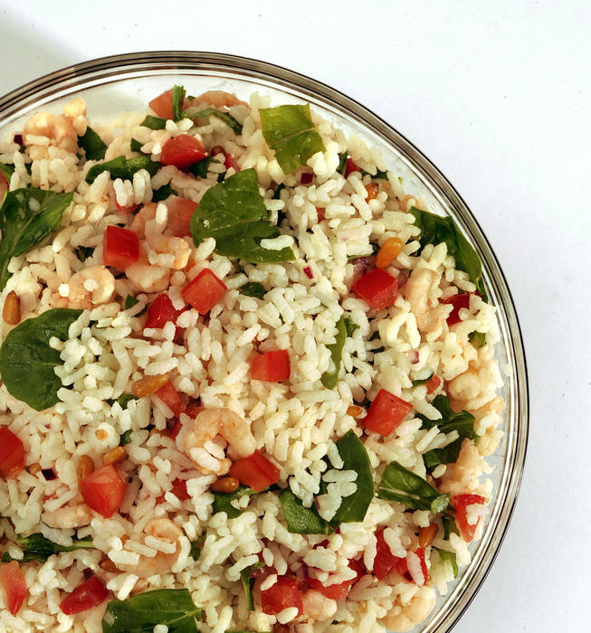 Rice salad with shrimp and arugula