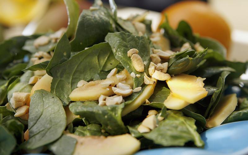Spinach and papaya salad